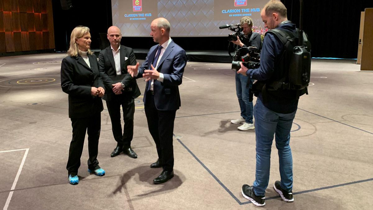 NHO-sjef Ole Erik Almlid i samtale med Kristin Krohn Devold, leder i NHO Reiseliv og hotelldirektør på Clarion The Hub, André Schreiner.