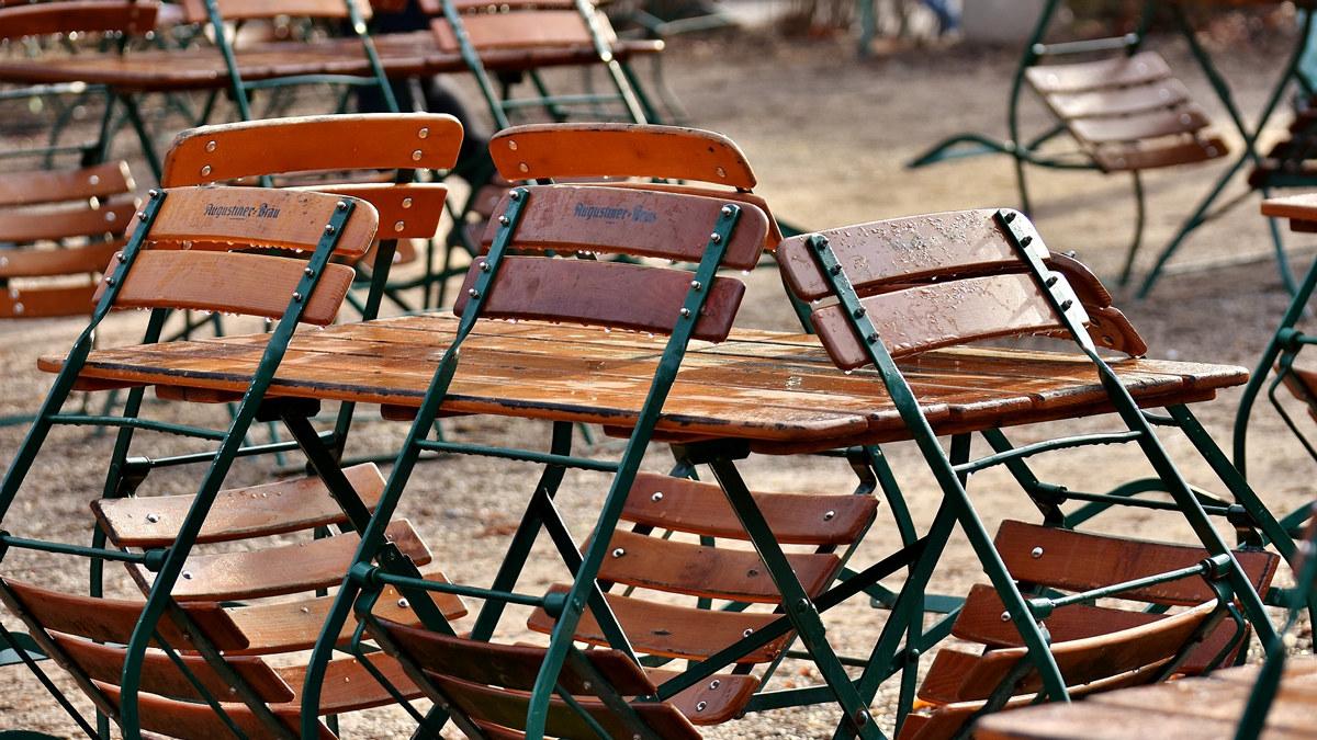 Bilde av tomme stoler på en uteservering