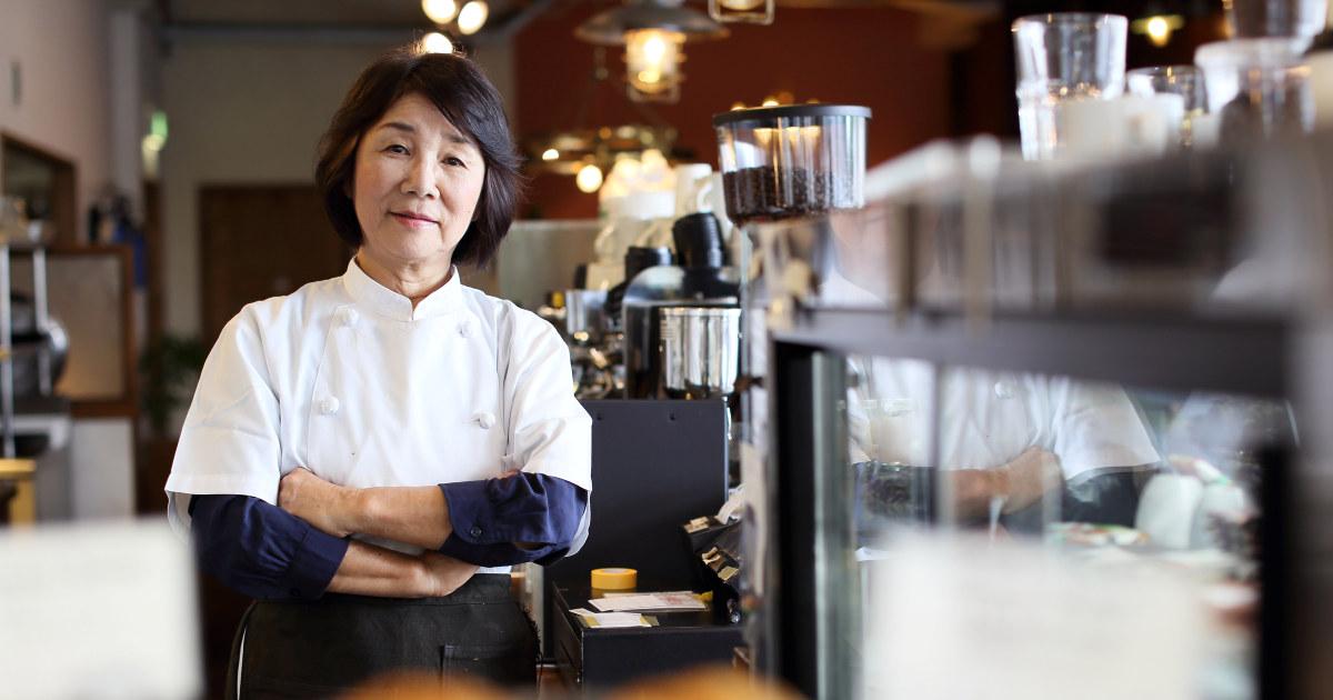 Kvinnelig leder av serveringsted ser i kamera.