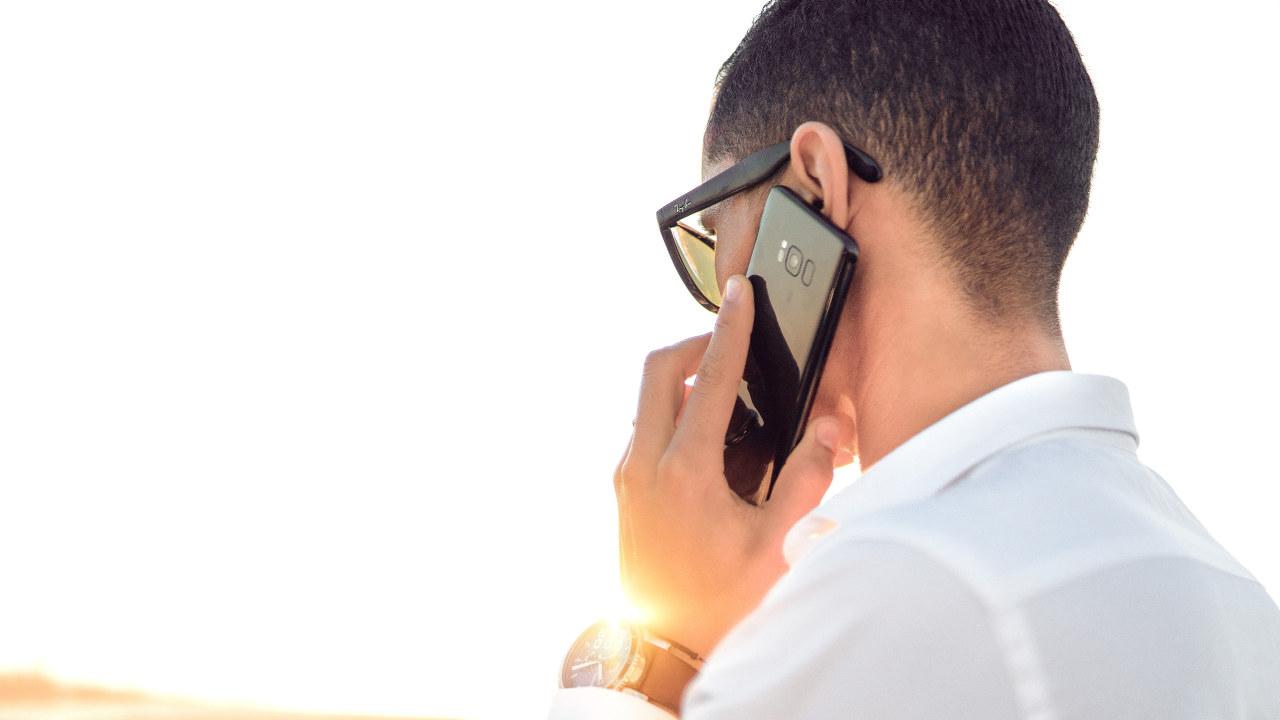 Mann som snakker i mobiltelefon
