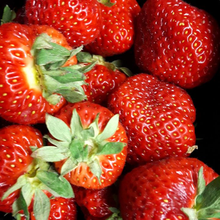 Nærbilde av jordbær i kurv