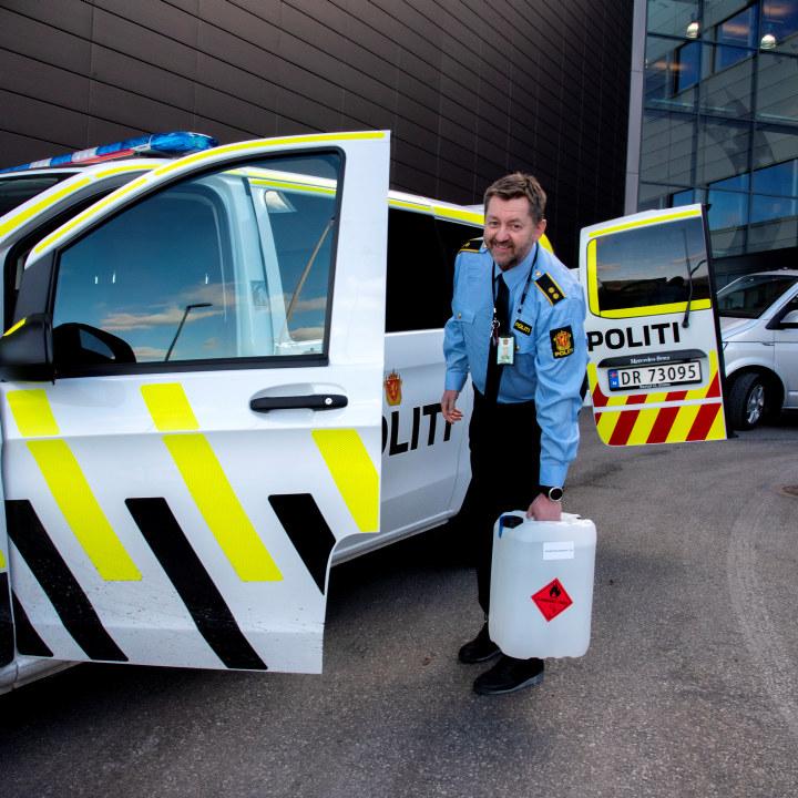 Politi og brannmenn henter desinfeksjonsmiddel hos Arcus
