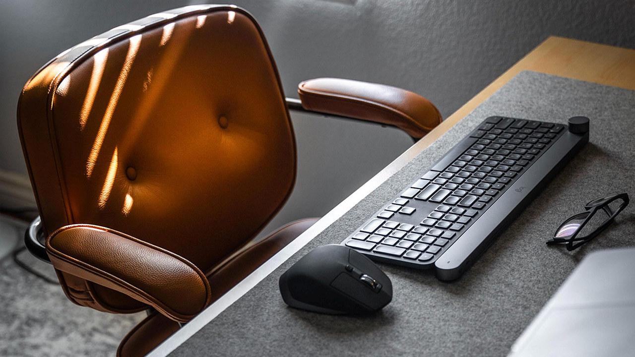 Kontorstol og tastatur