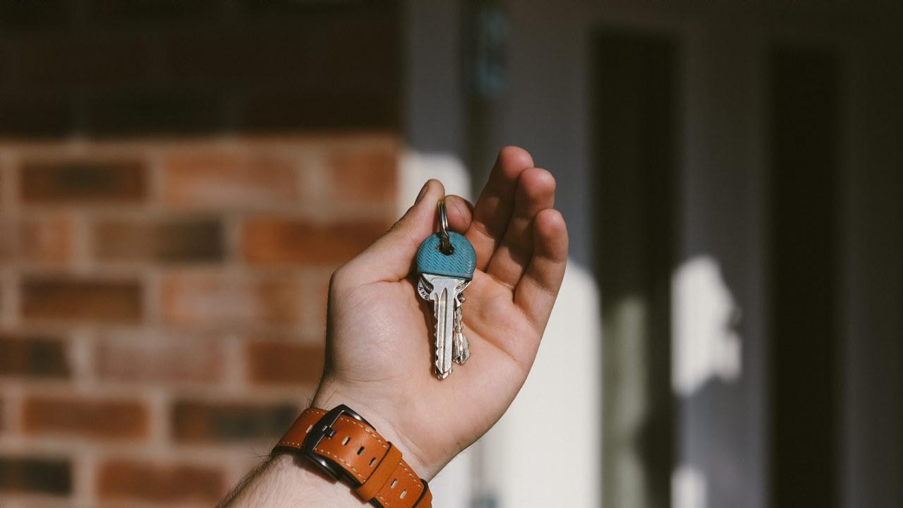 Foto av et nøkkelknippe i en hånd
