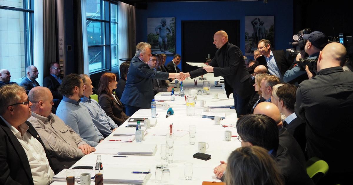 Oppstart av forhandlingene mellom LO og NHO 2015. Gruppebilde, mennesker. Foto.