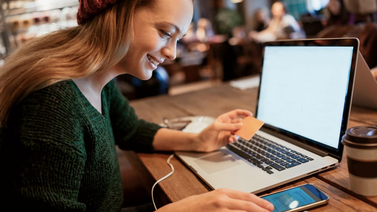 Ung kvinner handler på nett.