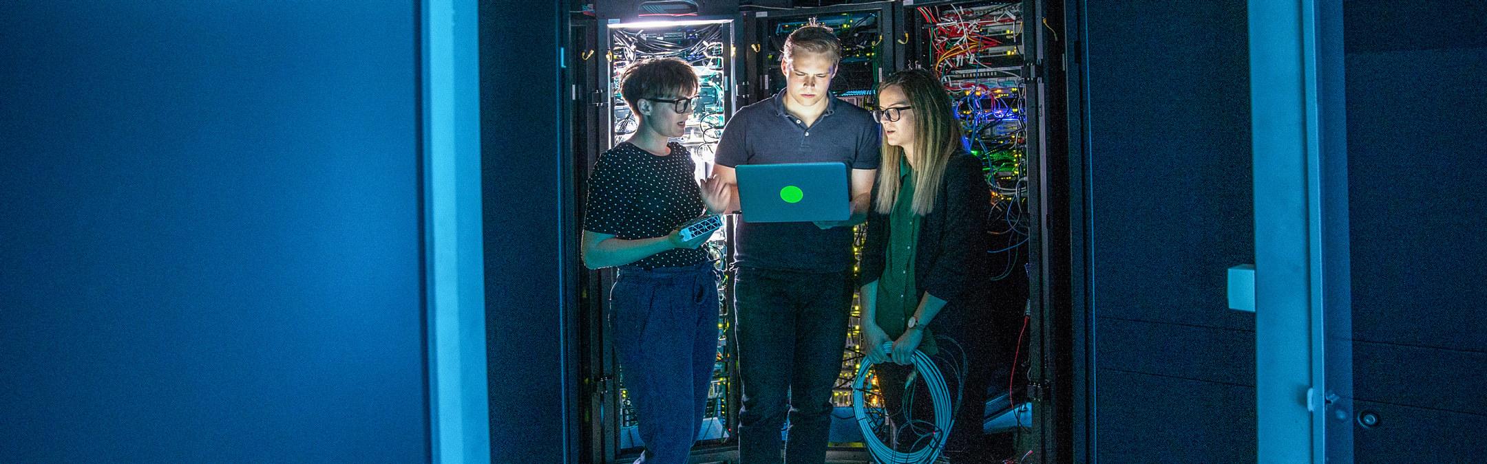 Tre fra IT support jobber i et server rom.