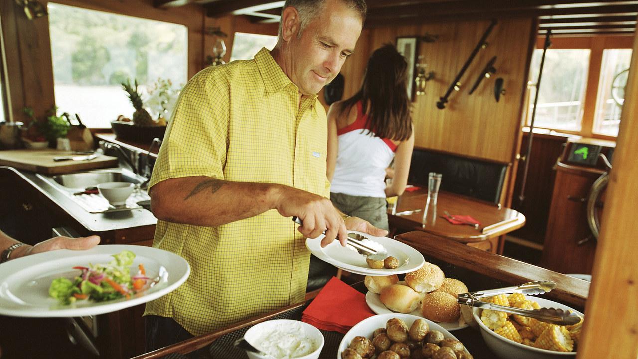 Illustrasjonsbilde av en mann som serverer seg selv fra en buffet.