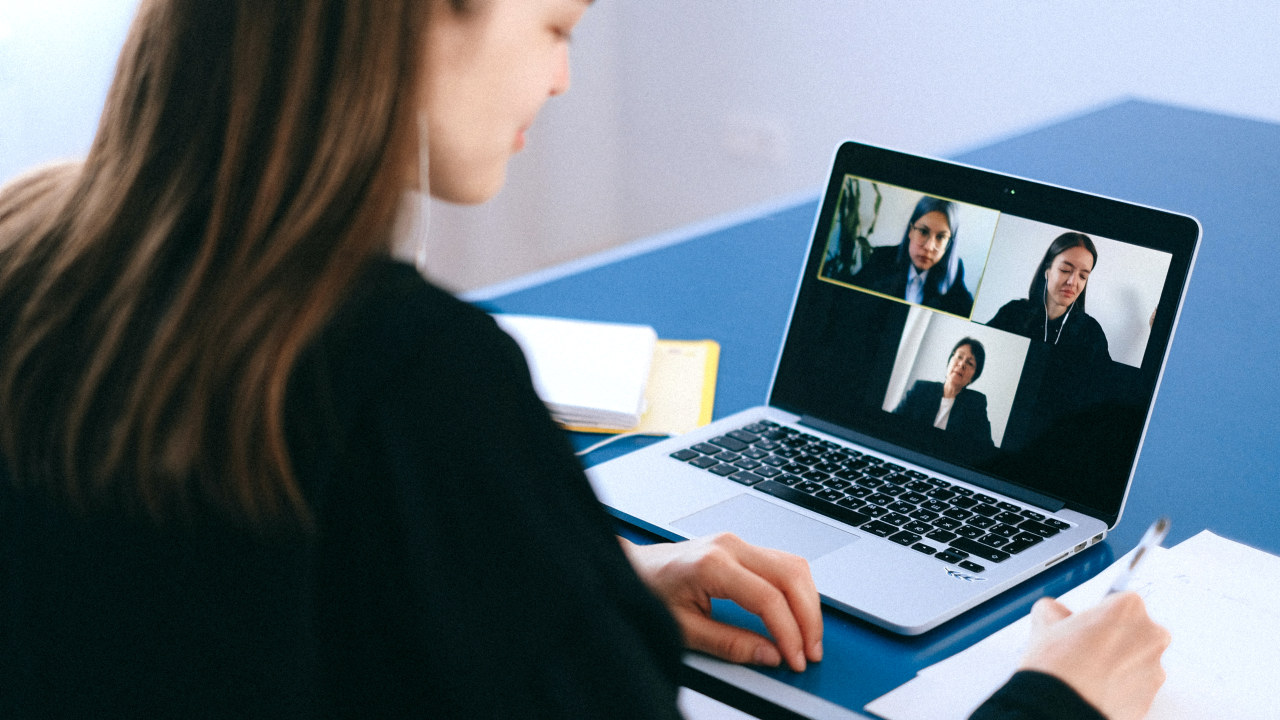 Kvinne foran PC-skjerm