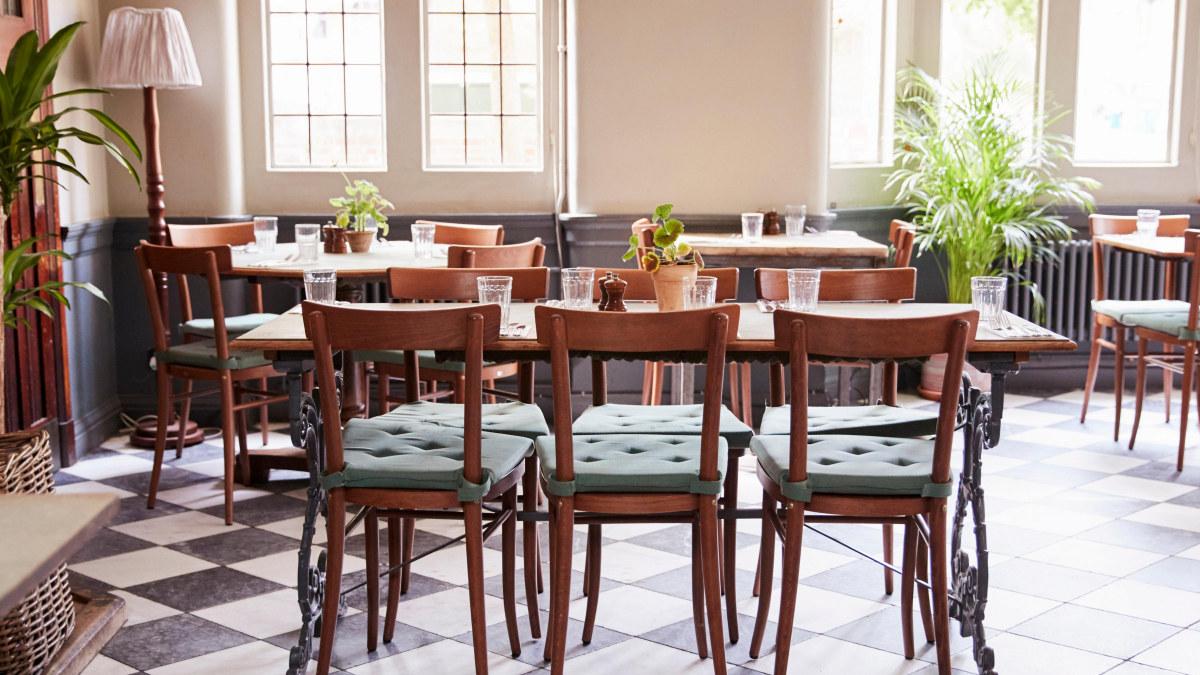 Bilde av en tom restaurant