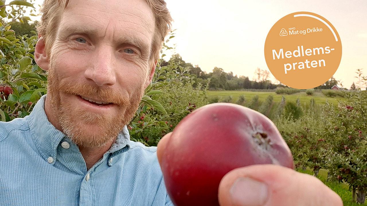 Gransæther som holder et eple