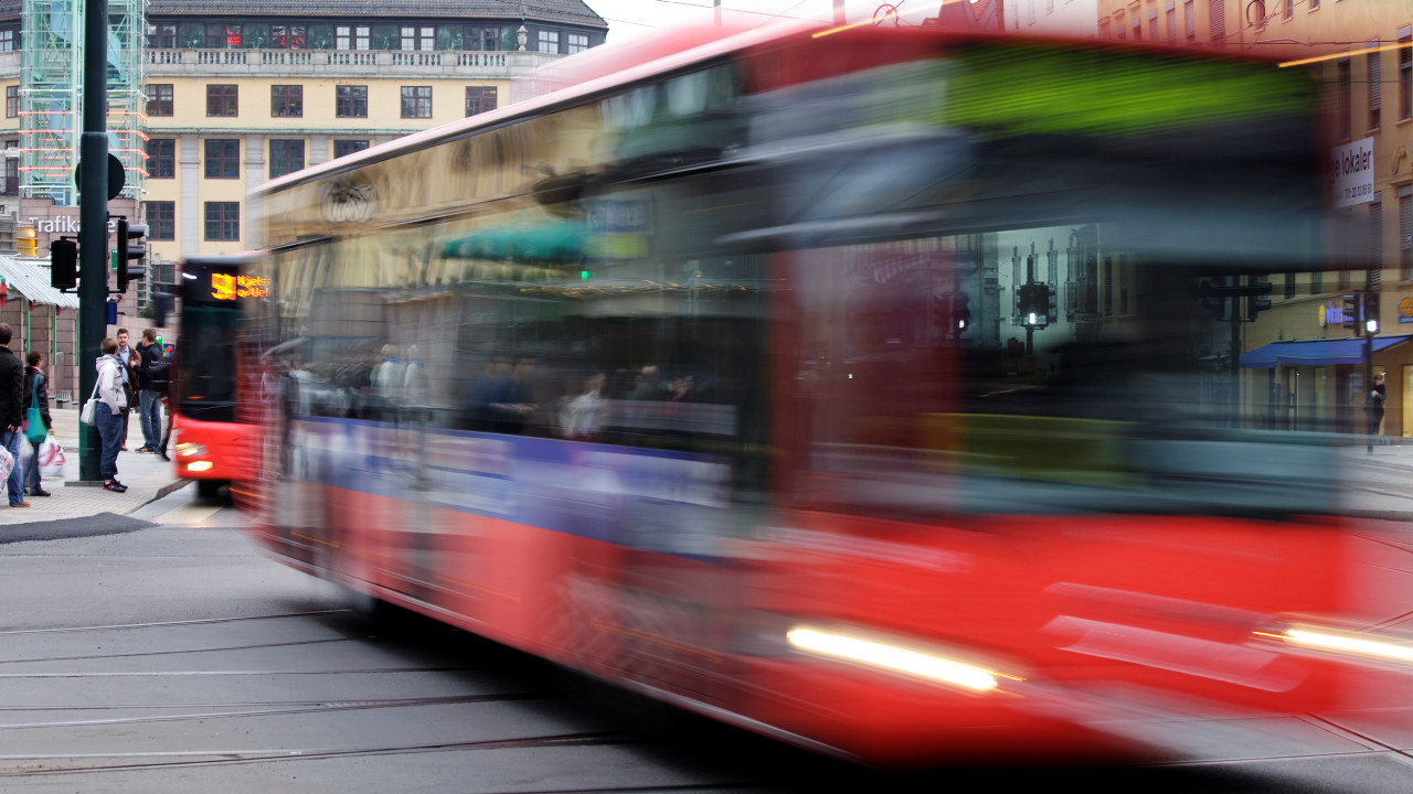 Rød buss i Oslo sentrum
