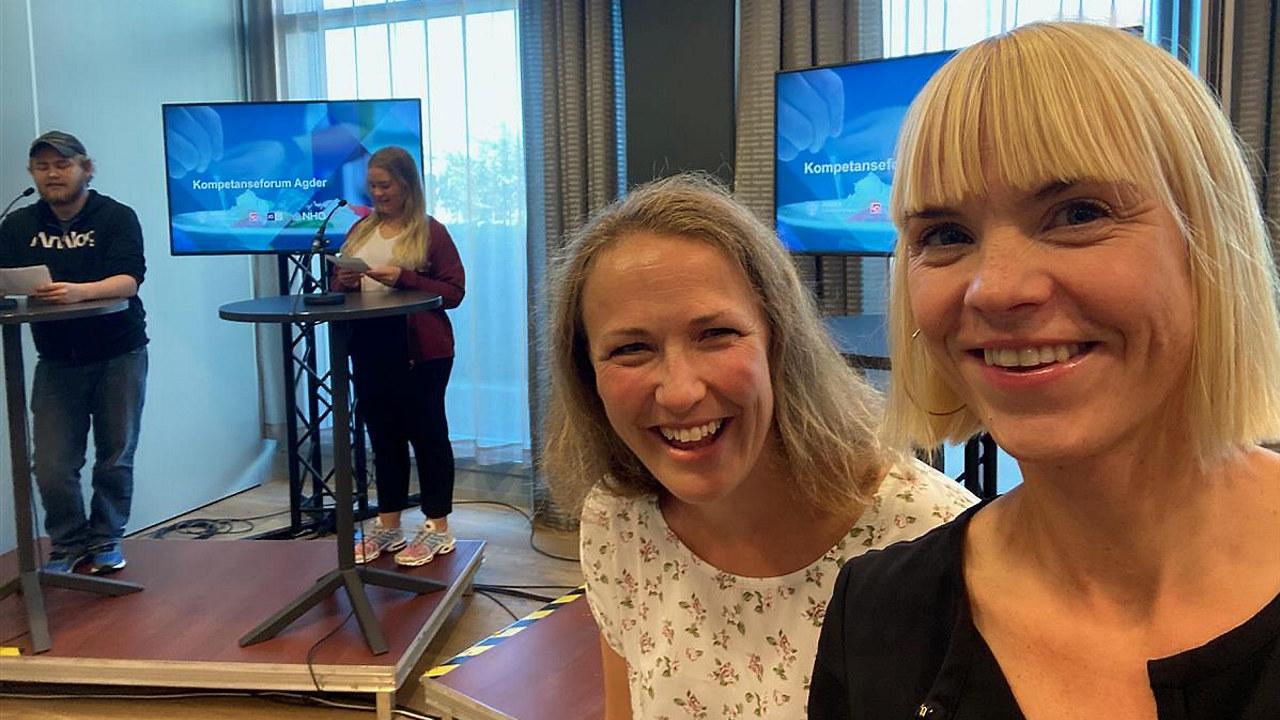 Christiane M. Ødegaard (KS) og Anne K. Simonsen (NHO) fra programkomiteen med programlederne Kevin Fossnes og Caroline Wilson Iglebæk i bakgrunnen rett før sending.