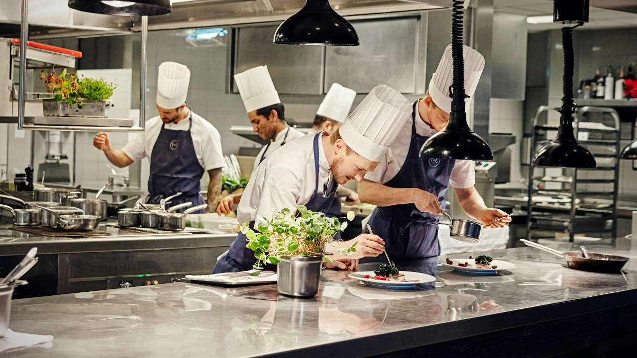 Kokker som lager mat på et restaurantkjøkken