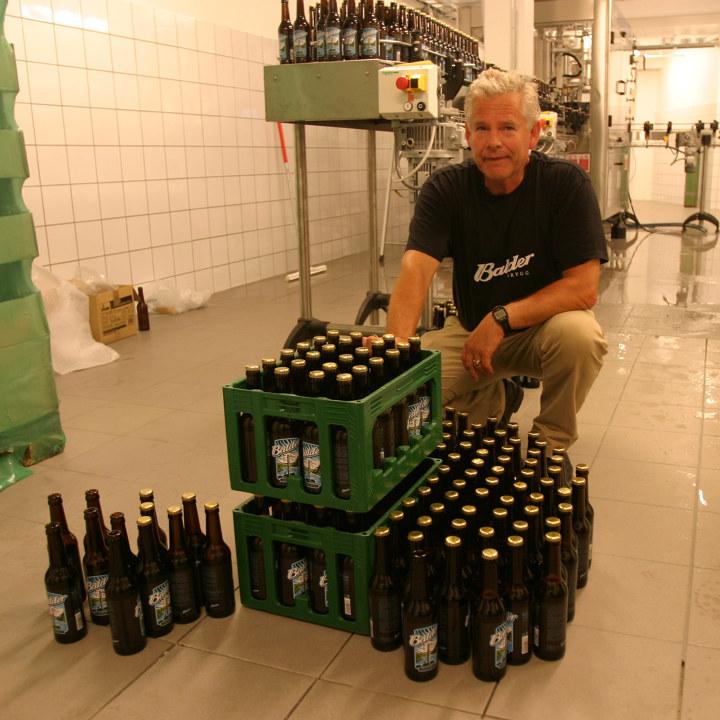Meland sammen med en kasse øl