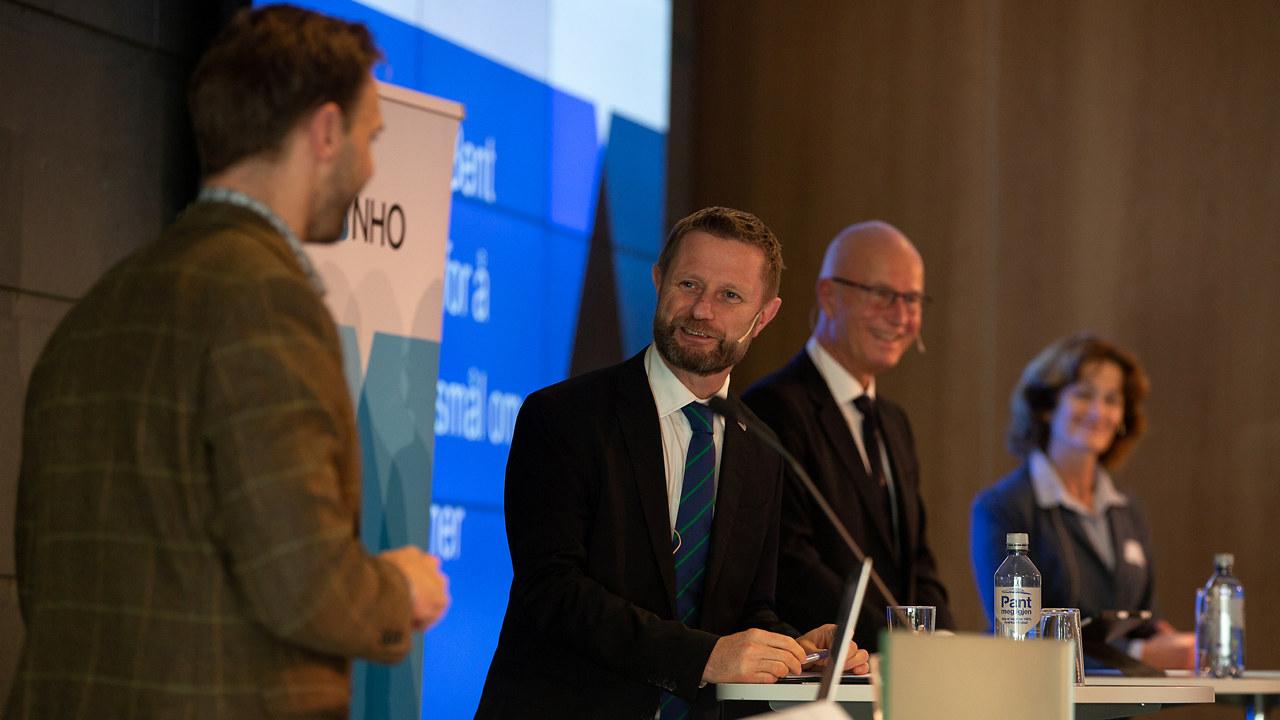 Helseminister Bent Høie, direktør i Helsedirektoratet Bjørn Guldvog og overlege Trude Margrete Arnesen fra FHI, på et medlemsmøte hos NHO 29.10.20.