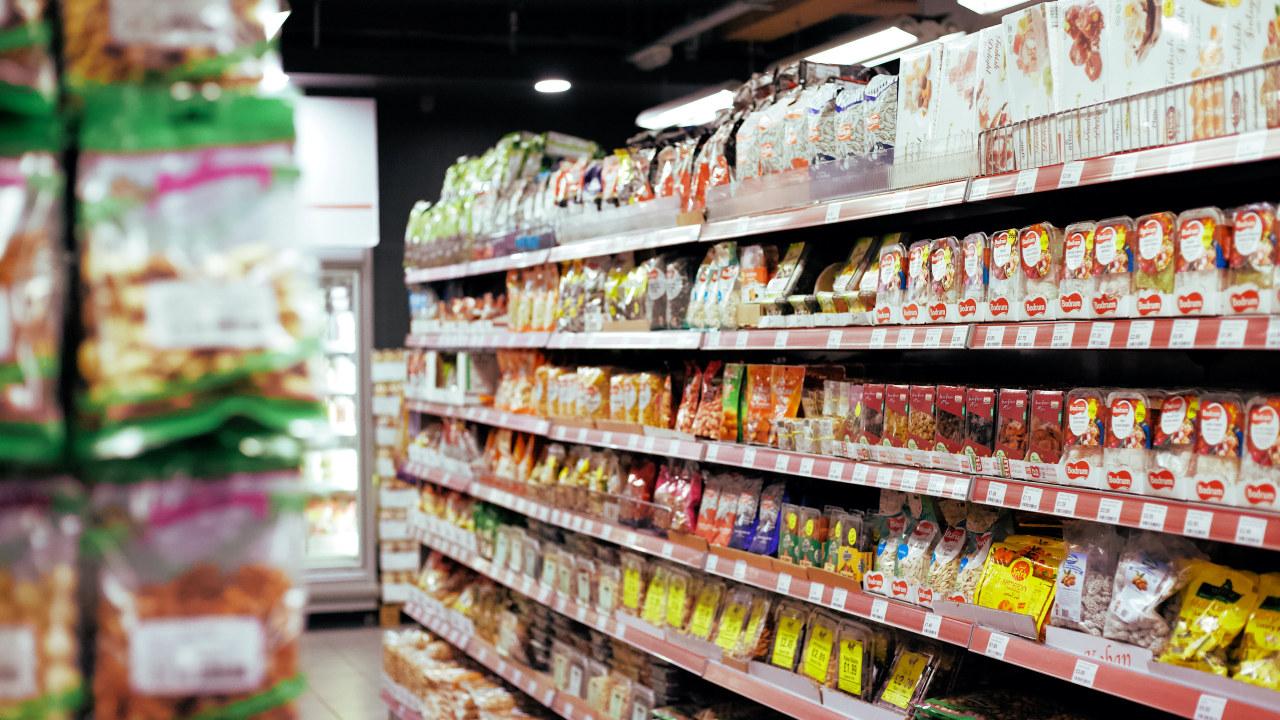 hyller med matvarer i en butikk
