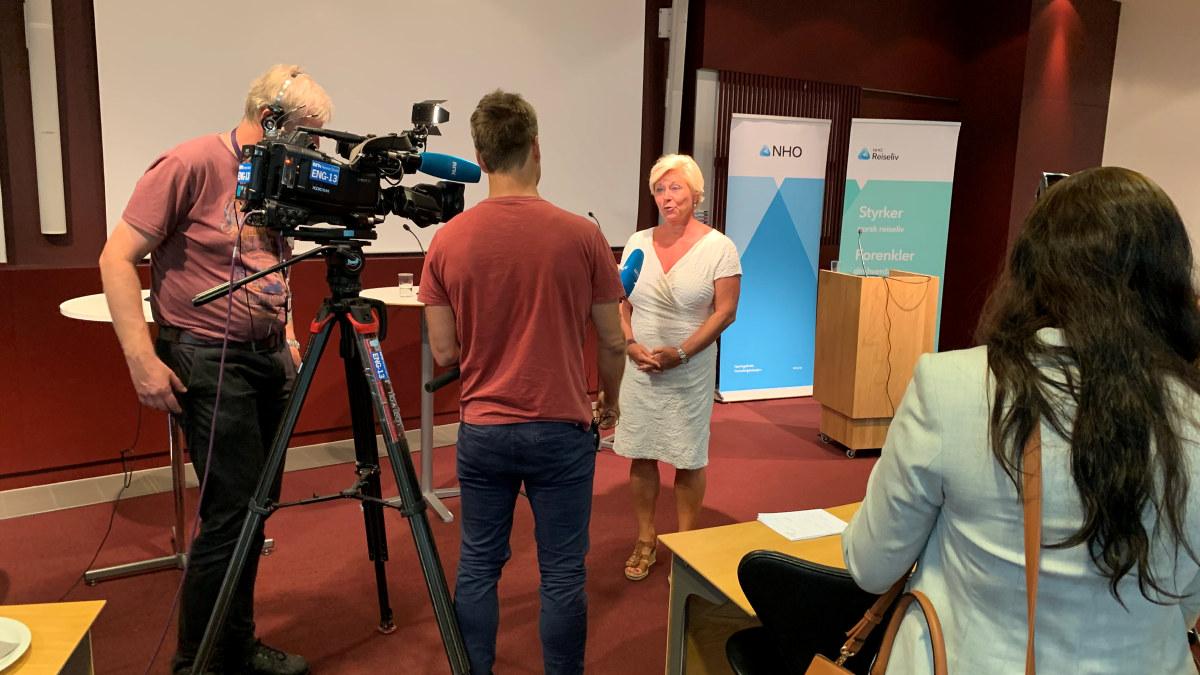 Siv Jensen intervjues av NRK etter politikerdebatten under NHO Reiselivs frokostwebinar 11. august 2020.