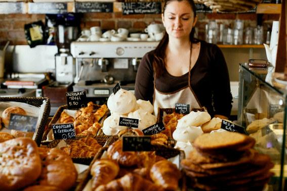 Kvinne i bakeri