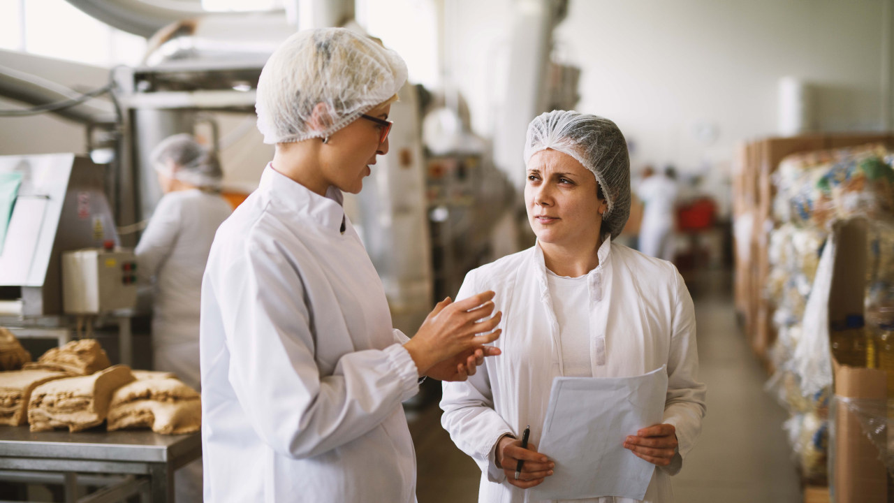 To som prater sammen i et produksjonsmiljø