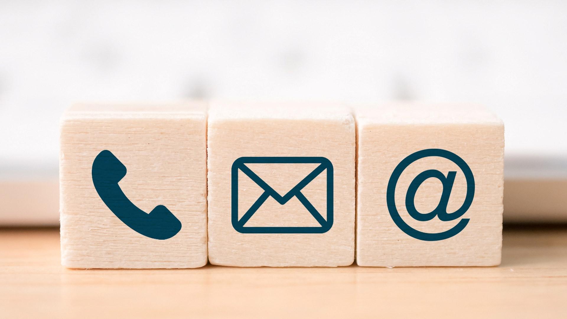Illustrasjonsbilde av byggeklosser med e-post, konvolutt og alfakrøll på.