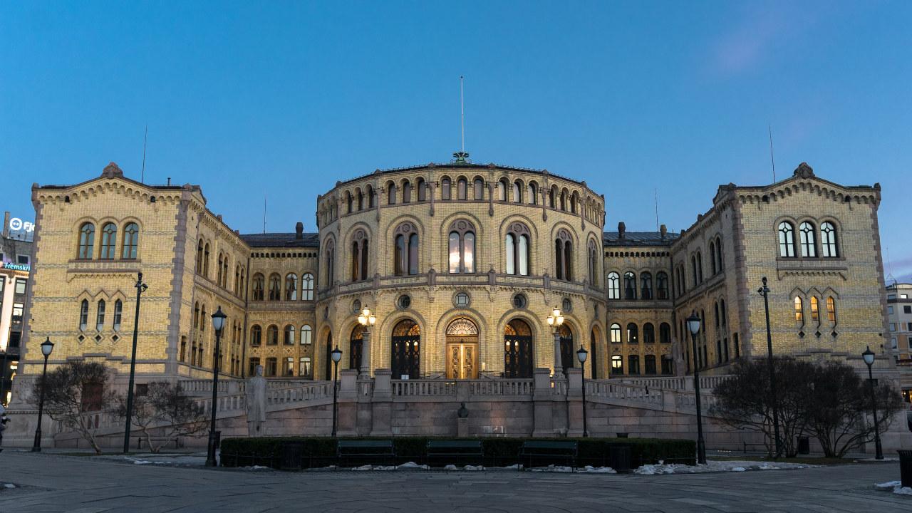 Bilde av Stortinget i vinterlys