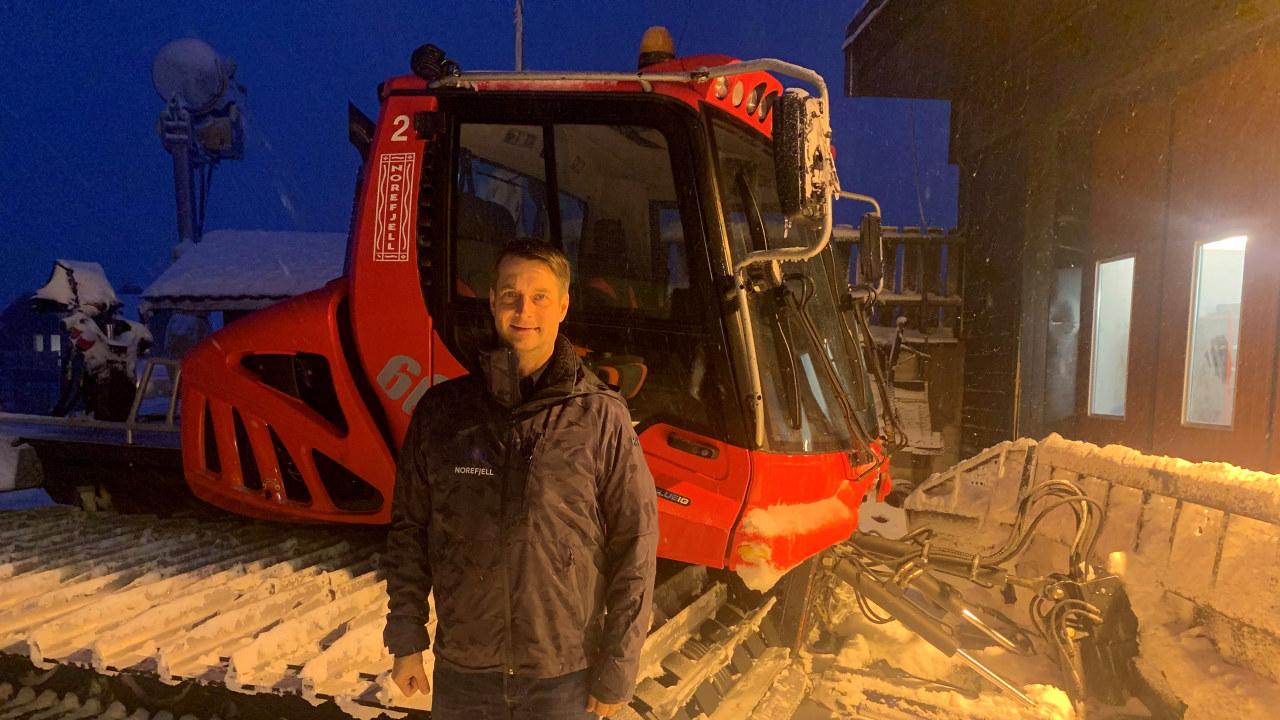 Bilde av Marius Arnesen på Norefjell skisenter foran en tråkkemaskin