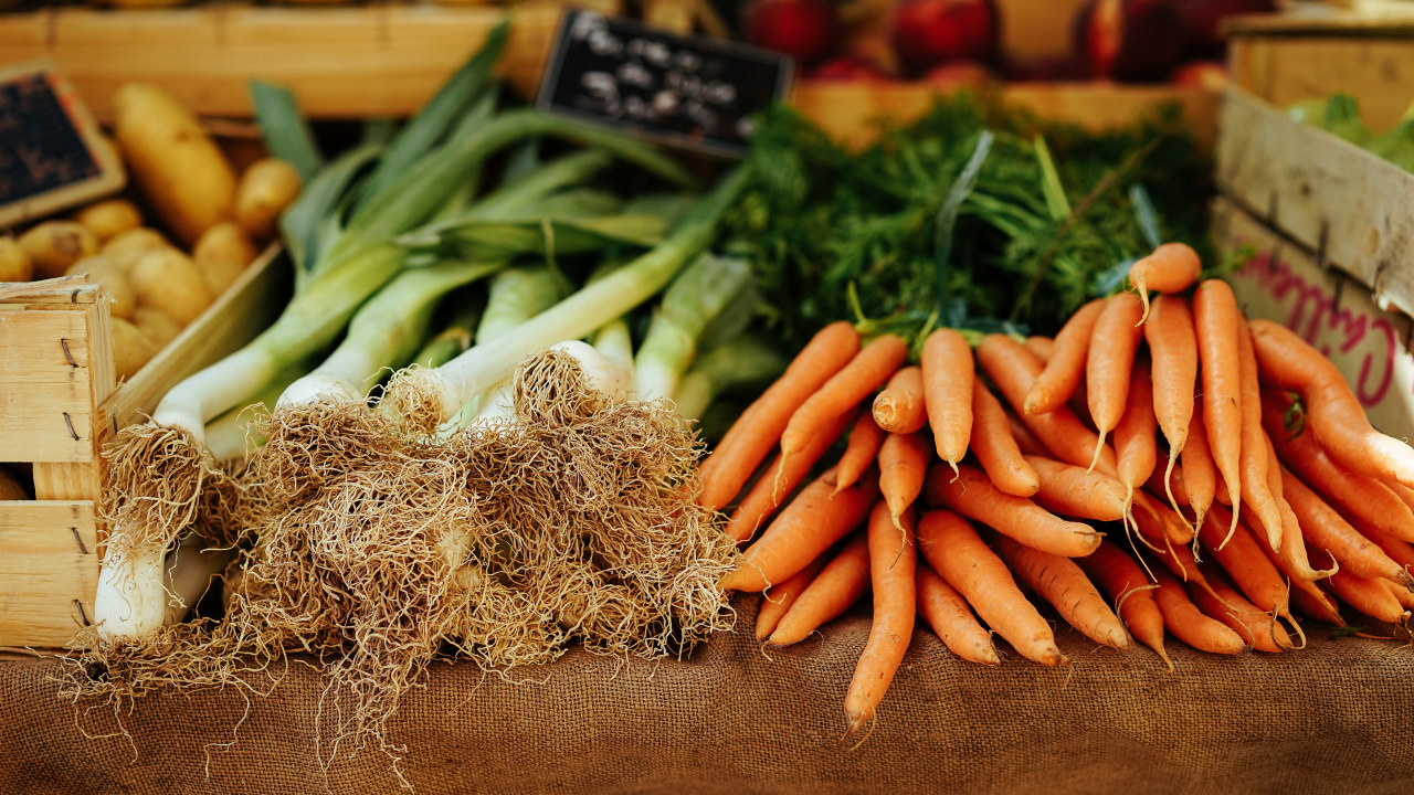 Grønnsaksdisk med purre og gulrøtter