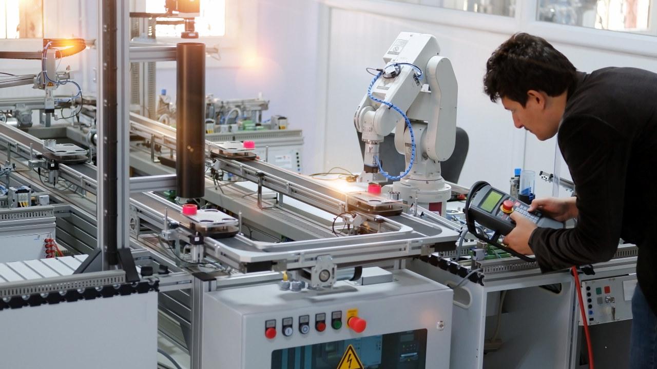 Mann som reparerer en robot