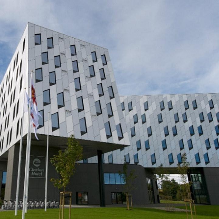 Bilde av fasaden på Clarion Hotel Energy i Stavanger, hvor NHO Reiselivs årskonferanse arrangeres 19. og 20. mai 2021.