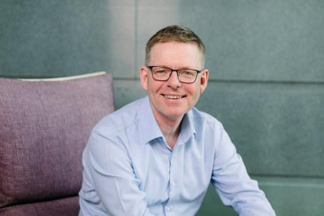 Regiondirektør Jon Kristiansen mener at det er behov for at man kombinerer det å være yrkesaktiv og det å tilegne seg ny kunnskap - på en helt annen måte i fremtiden enn i dag.