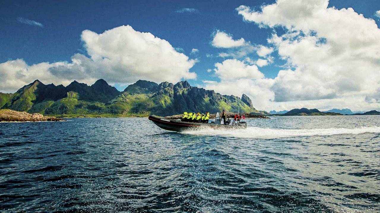 Bilde av en gruppe turister om bord i en RiIB.