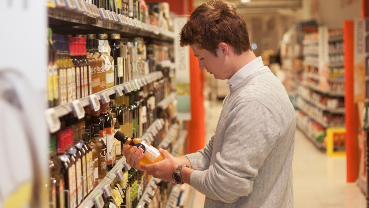 En som handler i matbutikk