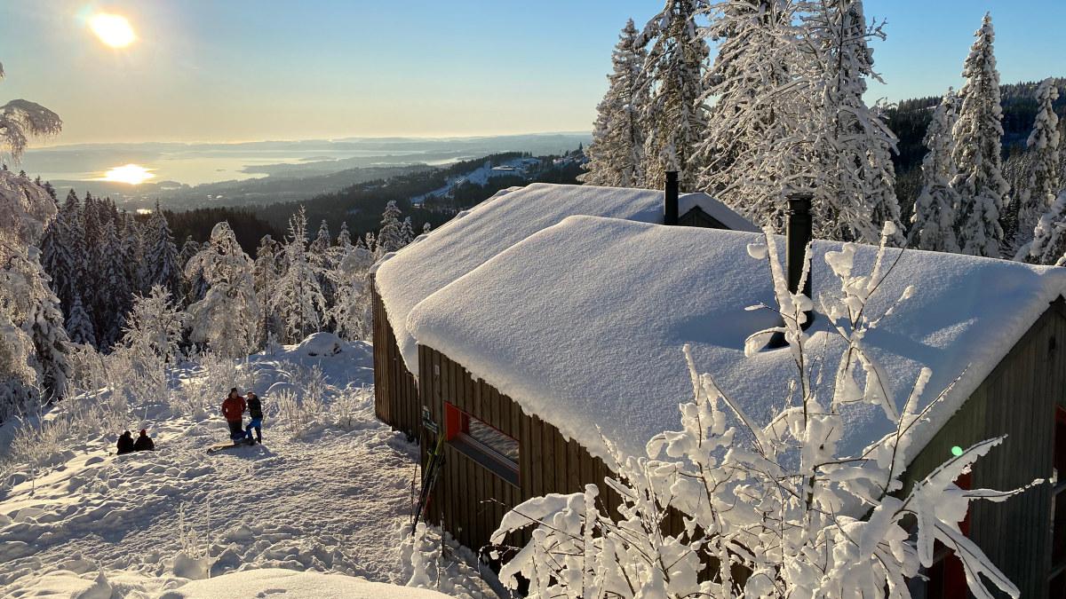 Den arkitekttegnede Fuglemyrhytta er en av DNT Oslos mest populære overnattingsplasser i Oslomarka. Foto: Kari Merete Horne / DNT Oslo.