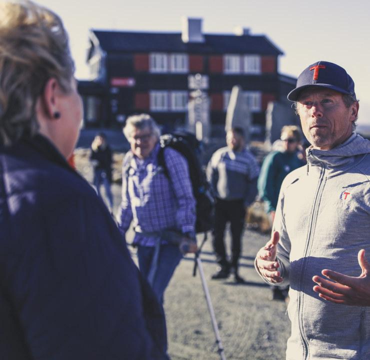 Erna Solberg på besøk hos DNT Oslo med leder Henning Hoff Wikborg. Foto: Eivind Haugstad Kleiven / DNT Oslo.