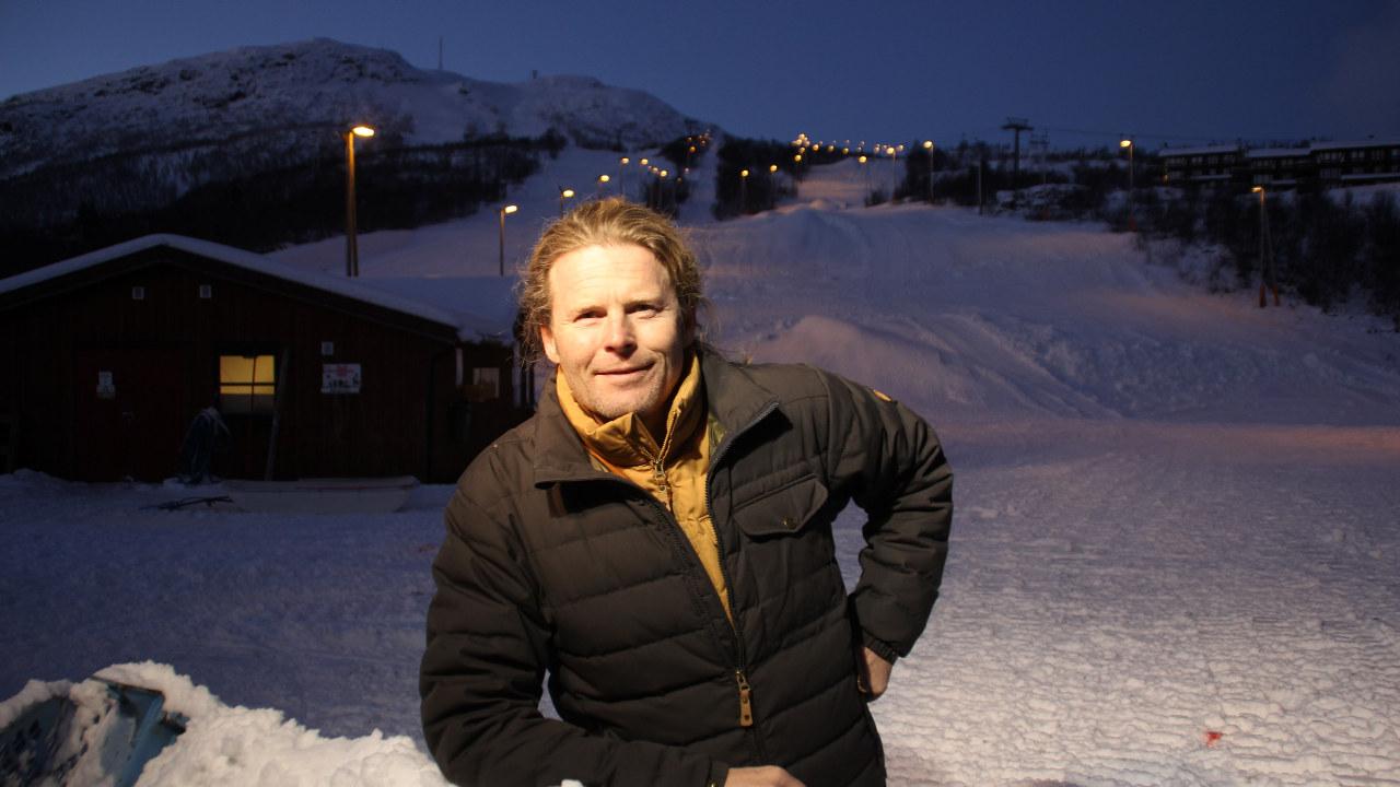 Bilde av  Sture Chr. Bodahl-Pilegård , daglig leder ved Hovden Alpinsenter - foran en av skibakkene