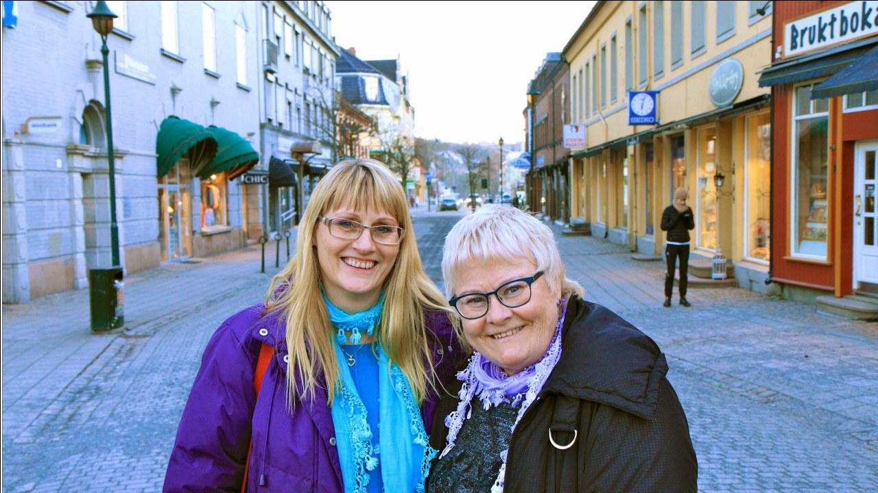 to damer i en gate i Hønefoss