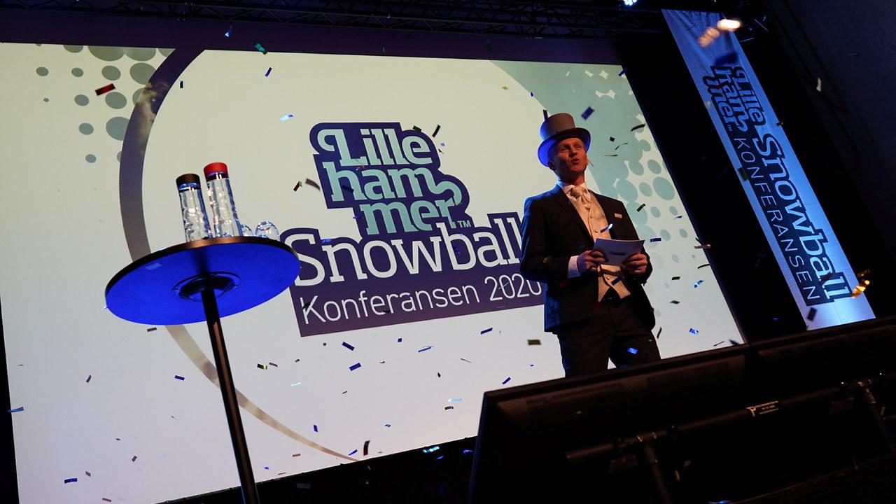 Bilde av Ole Gjesdal på scenen under Snowballkonferansen 2020, som ble arrangert like før landet stengte ned grunnet koronautbruddet. Foto: Snowballkonferansen