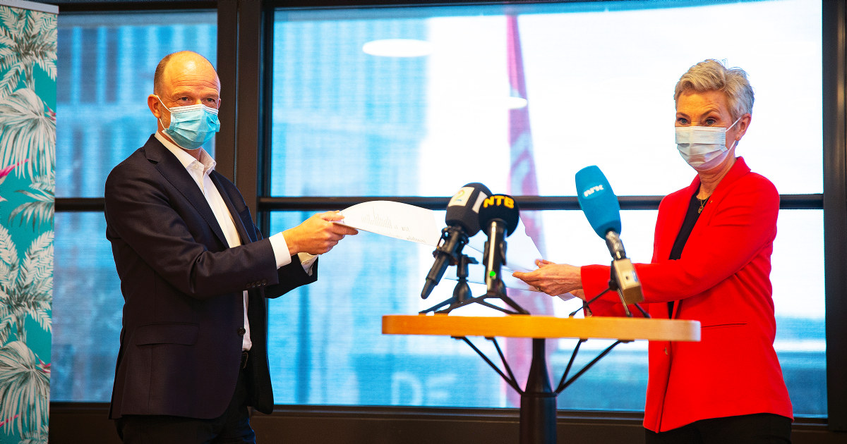 Ole Erik Almlid, administrende direktør i NHO, og Peggy Hessen Følsvik med munnbind på.