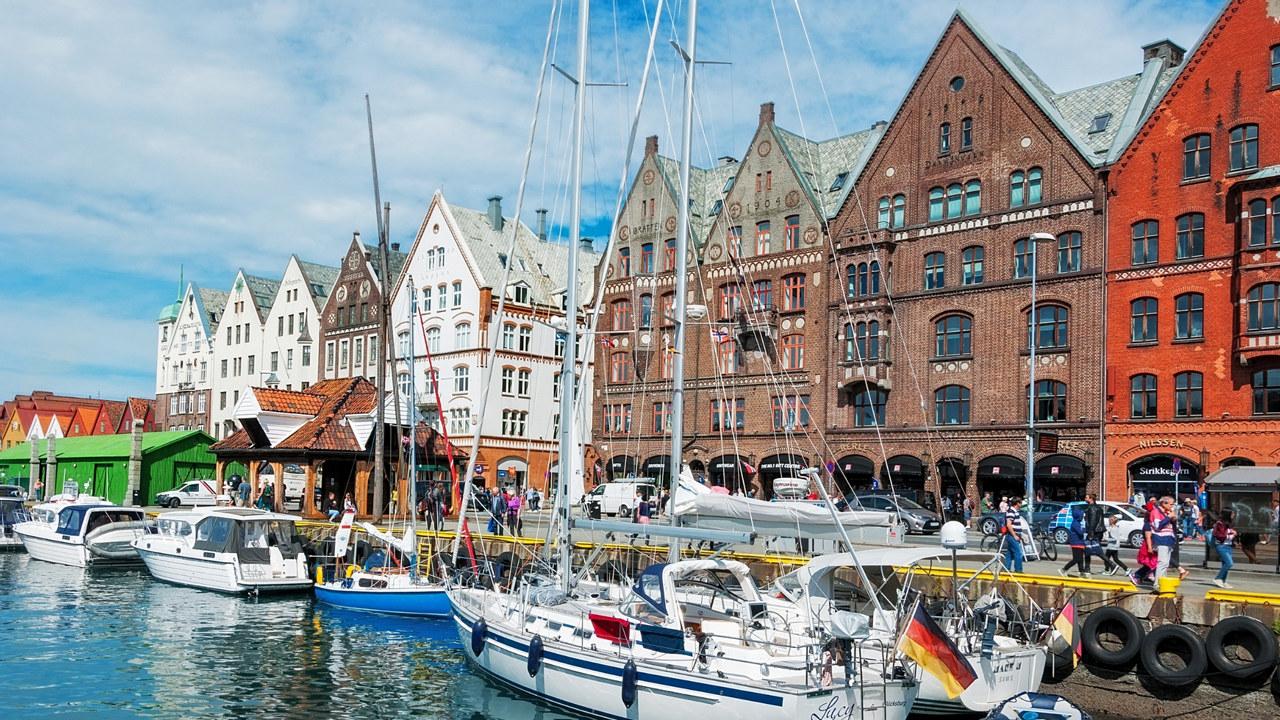 illustrasjonsbilde av turister langs Bryggen I Bergen.