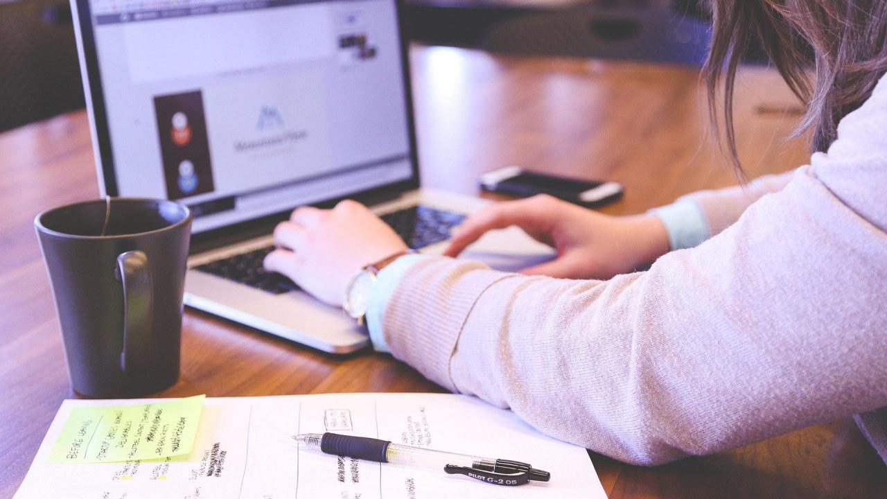 Bilde av en person som jobber på en laptop