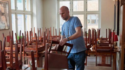 Mann tar ned stoler fra bord