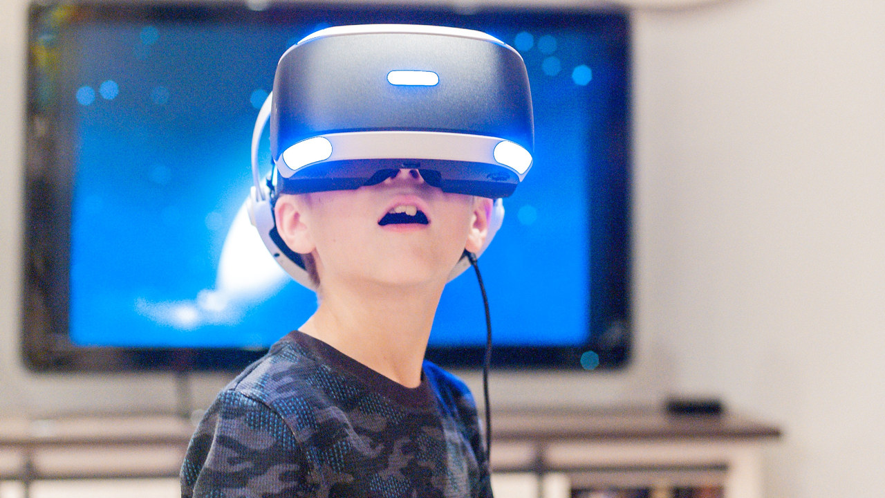 Gutt med VR briller