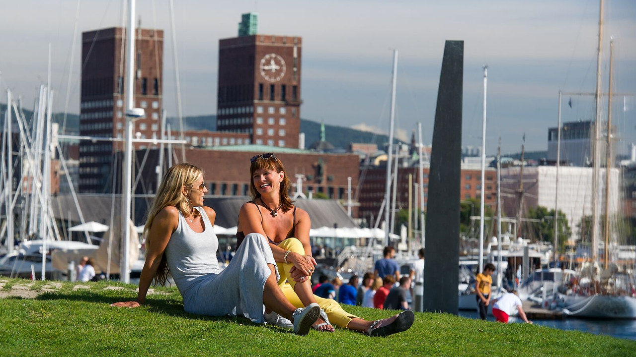 Sommerstemning på Tjuvholmen. Foto: VisitNorway.com