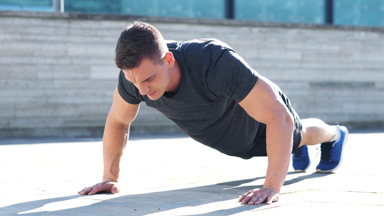 mann trener utendørs