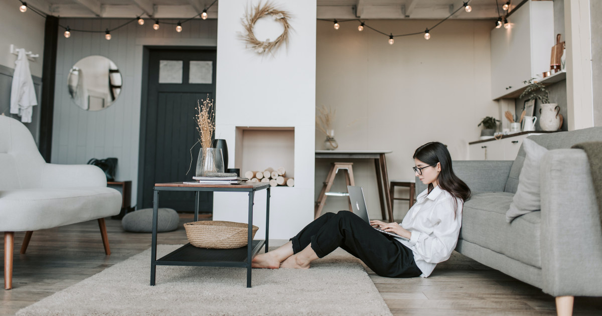 Kvinne jobber hjemmefra med pc på fanget