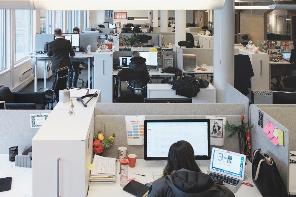 Kontorarbeidsplass med flere som sitter foran dataskjerm