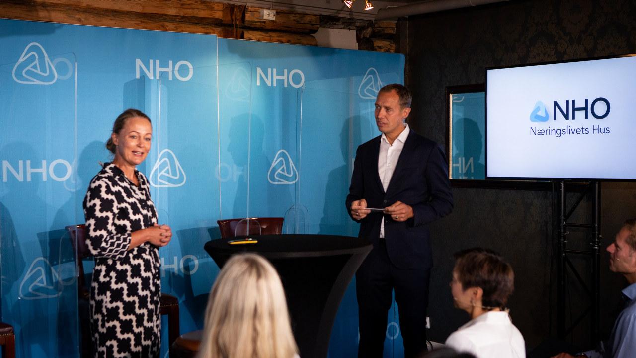 Beate Holm Töpfer i samtale med Christian Chramer på NHOs arrangement om inkludering på Arendalsuka onsdag 18.08.21.
